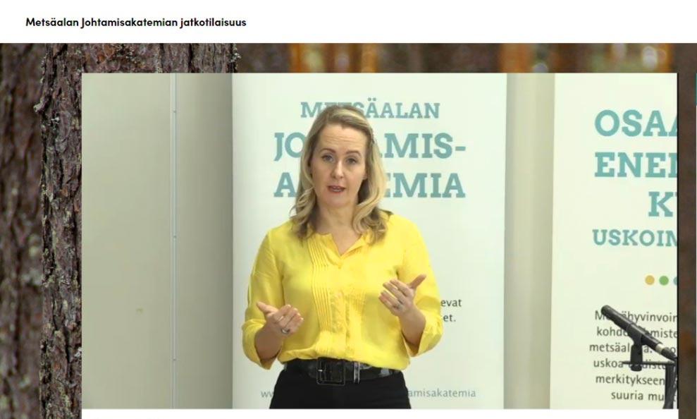 Camilla Tuominen puhumassa.